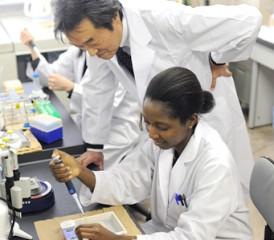 Tomoyuki Nishizaki with researcher